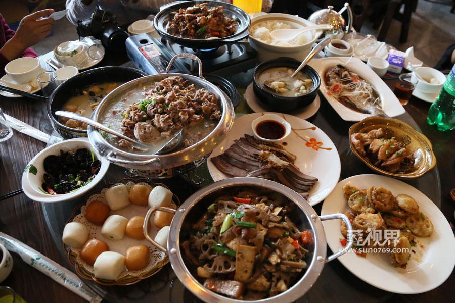 【莞视界】虎门一餐厅老板请200多名环卫工人吃大餐