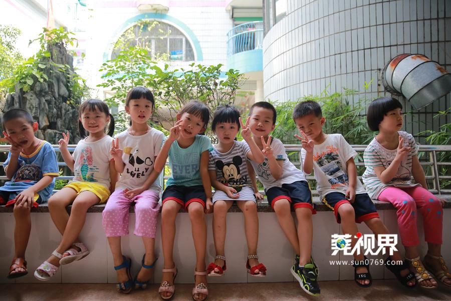 东莞阳光网讯(记者 吴金华 见习记者 叶少维)今天是9月1日,全市中小学、幼儿园正式开学的日子。幼儿园是孩子成长的转折期,新生入园,第一次离开父母的怀抱,走向老师和同学,进入一个具有社会性的团体生活中,不少小朋友都有分离焦虑,上学哭闹、想妈妈。   连日来,记者走访多所幼儿园,缓解孩子们的分离焦虑,他们各有各的招。莞城花园新村的一所民办幼儿园,新生提前两周开学,适应新的环境,通过开展亲子课堂,帮助宝宝摆脱对陌生环境的焦虑和恐惧感。孩子们和爸妈一起玩游戏,一起画画,一起听老师讲故事,平稳度过了适应
