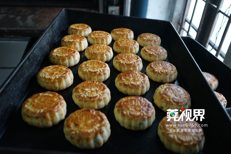 除了原材料保留了纯手工制作外,为了保留广式月饼的传统味道,麦