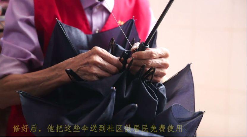 南昌大雨中撐起的傘,總有一把跟這位老人有關