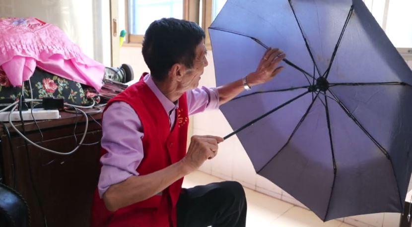 南昌大雨中撑起的伞,总有一把跟这位老人有关