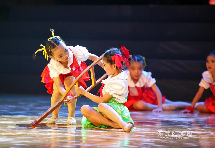 一群可爱小朋友带来舞蹈《牵手》