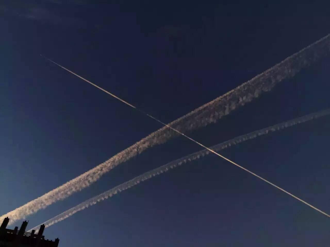 美丽的飞机云线划过天空