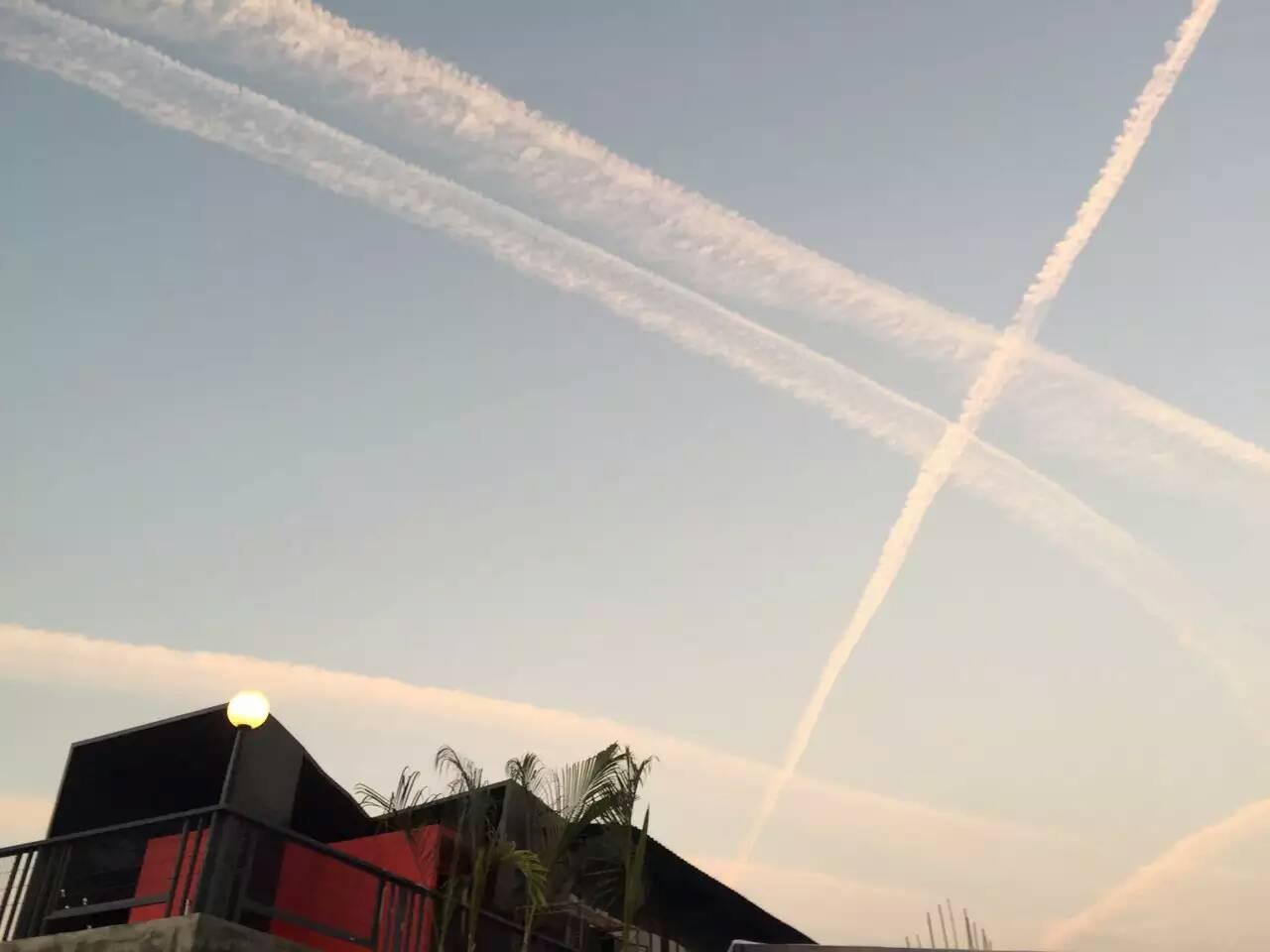 新年第一天,美丽的飞机云线划过天空,东莞的天空美到