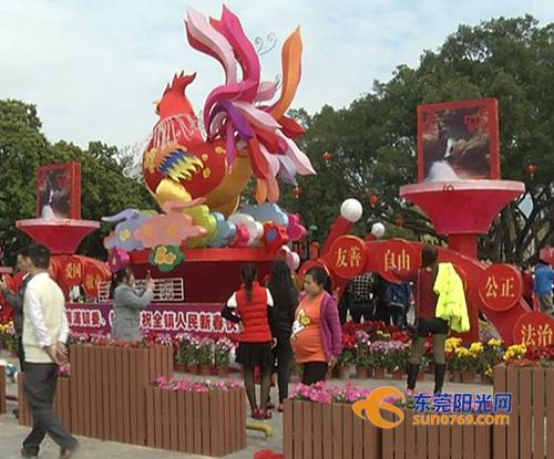 春节期间,清溪镇积极营造喜庆热烈的过年氛围,市民广场张灯结彩,处处