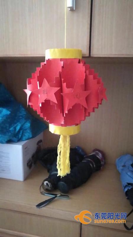 还有的家庭选择自己亲手制作灯笼,利用家中旧红包,线团,纸杯,柚子皮等
