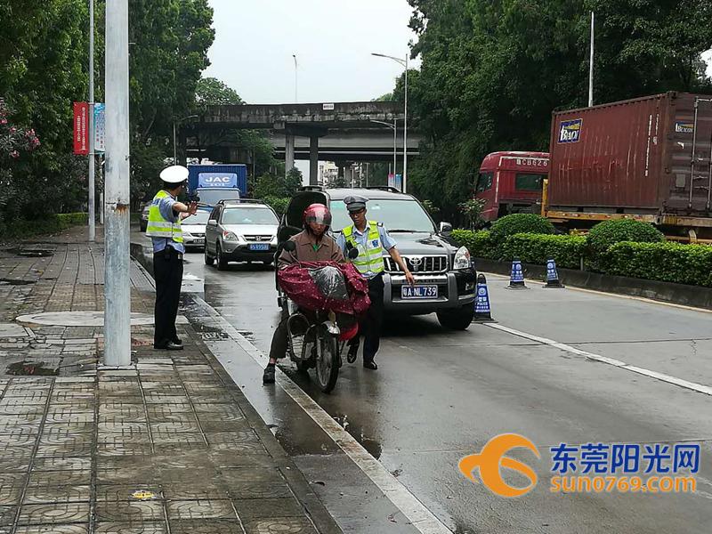 望牛墩:交警严查重点车辆 多辆面包车改装上路拉货被查