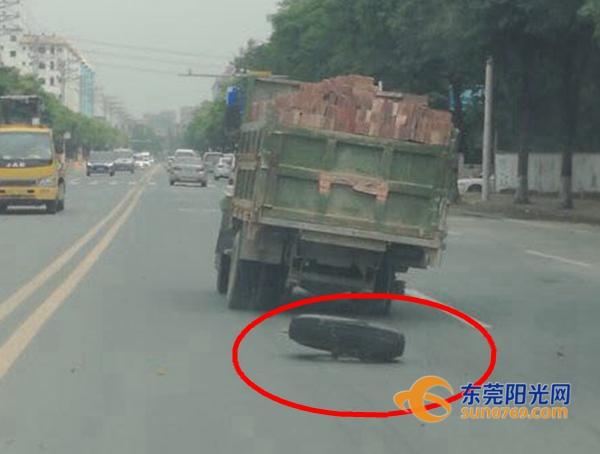 """令人啼笑皆非!载满砖块的泥头车竟然吓到""""腿软""""!"""