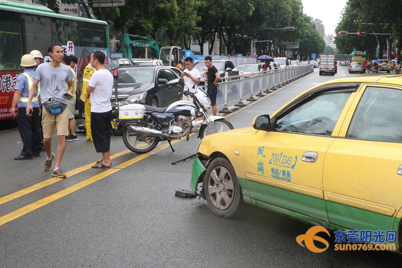 惊险!东莞外卖小哥被车撞飞后险被另一车碾压